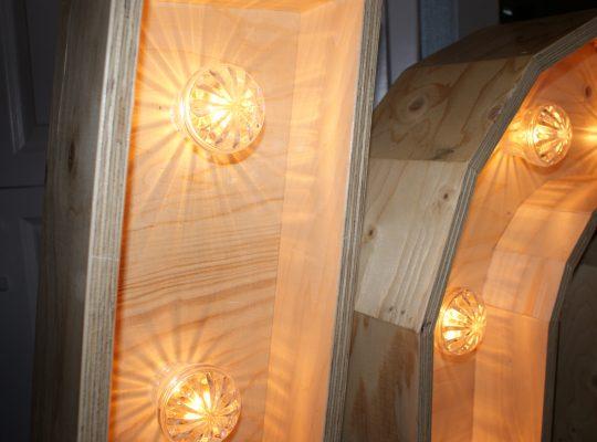 Trouwinspiratie beurs houten letter verlichting detail