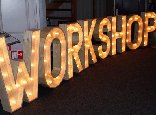 Trouwinspiratie beurs houten letter verlichting workshops