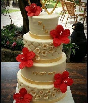 Bruidstaart lisette goud met rode bloemen