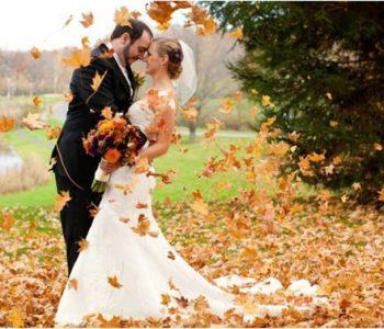 herfstbruiloft bruidspaar bladeren