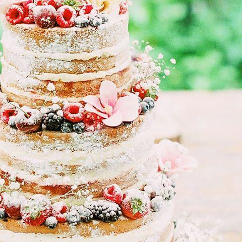 Bruidstaart naked cake bessen bloemen