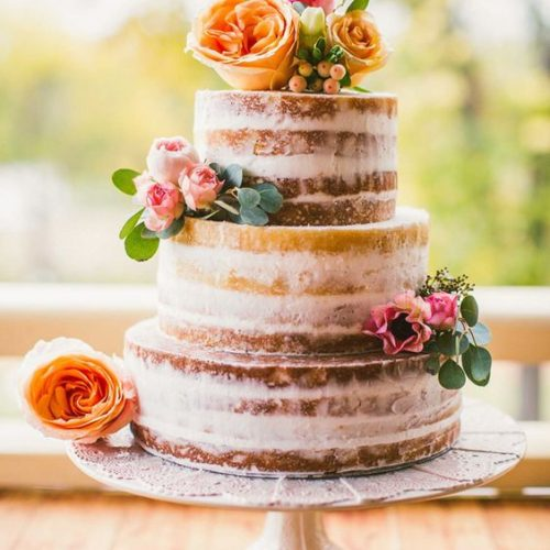 bruidstaart naked cake bloemen